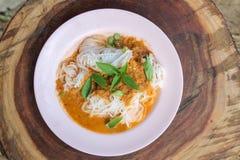 Świezi kluski z korzennym Tajlandzkim currym są lokalnym jedzeniem w Południowym Tajlandia obrazy royalty free