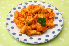 Świezi kluski z warzywami w pomidorowym kumberlandzie zdjęcie stock