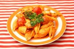 Świezi kluski z warzywami w pomidorowym kumberlandzie obrazy stock