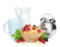 Świezi kukurydzani płatki z jagodami i mlekiem Fotografia Stock