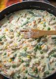 Świezi kurczaka mięsa plasterki z warzywami w smaży niecce Obraz Royalty Free