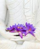 Świezi kwiaty w Buddha wizerunku rękach Obrazy Stock