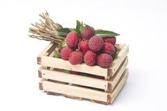 Świezi lychees w drewnianym pudełku Obrazy Royalty Free