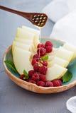 Świezi melonów plasterki z malinką i miodem Zdjęcia Royalty Free