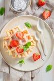 Świezi opłatki z truskawkami i nowymi liśćmi fotografia stock