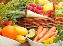 Świezi organicznie owoc i warzywo w łozinowym koszu Fotografia Stock