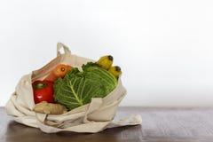 Świezi organicznie warzywa i owoc w bawełnianej torbie Zero odpadów, klingeryt uwalnia pojęcie fotografia stock