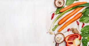 Świezi organicznie warzywo składniki dla smakowitego kucharstwa na białym drewnianym tle, odgórny widok, miejsce dla teksta Obraz Stock