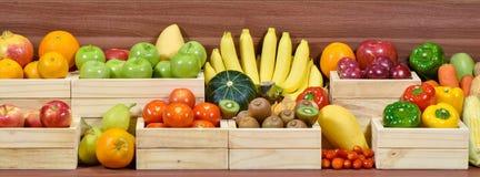Świezi owoc i warzywo w woodem pudełku fotografia stock