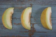 Świezi plasterki żółty melon lub kantalup na stary drewniany grungy obraz stock