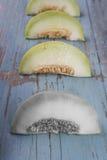 Świezi plasterki żółty melon lub kantalup na stary drewniany grungy obrazy stock