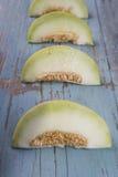 Świezi plasterki żółty melon lub kantalup na stary drewniany grungy obraz royalty free