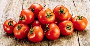 Świezi pomidory na starym drewnianym stole Rosnąć owoc i warzywo zdrowa żywność Surowy jarski jedzenie Sprzedaż pomidory zdjęcie stock