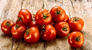 Świezi pomidory na starym drewnianym stole Rosnąć owoc i warzywo zdrowa żywność Surowy jarski jedzenie Sprzedaż pomidory fotografia stock