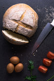Świezi pomidory z domowej roboty chlebem i jajkami są na kuchennym stole Zdjęcie Stock