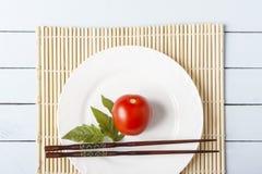Świezi pomidory z karmowymi kijami na bambusie matują Naturalny jedzenie dla zdrowego żywienioniowy gość restauracji lub śniadani zdjęcie royalty free
