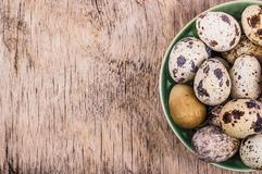 Świezi przepiórek jajka na drewnianej desce wegetarianin diety, kosmos kopii zdjęcie royalty free