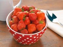 świezi pucharów srawberries zdjęcia royalty free