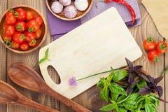 Świezi rolników pomidory, basil na drewno stole i Obrazy Royalty Free