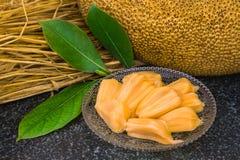 Świezi słodcy jackfruit plasterki na szklanym talerzu przygotowywającym dla jedzą Fotografia Royalty Free