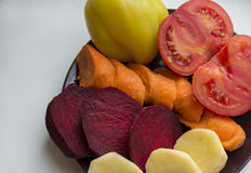 Świezi siekający warzywa, żółci pieprze, pomarańczowe marchewki, pomidor Obraz Royalty Free