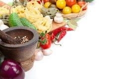 Świezi składniki dla gotować: makaron, pomidor, ogórek, pieczarka Obrazy Royalty Free