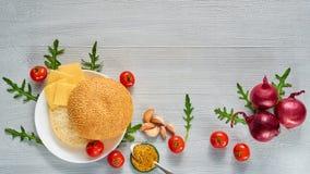 Świezi składniki dla jarskiego hamburgeru odizolowywającego na szarość betonu tle z bezpłatnej kopii przestrzenią: czereśniowi po Zdjęcie Stock