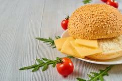 Świezi składniki dla jarskiego hamburgeru z bezpłatnej kopii przestrzenią: czereśniowi pomidory, rucola, ser na szarość betonują  Obraz Royalty Free