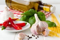 Świezi składniki dla przygotowywać oryginału aglio olio e szybkiego włoskiego karmowego peperoncino Obrazy Stock