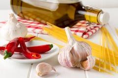 Świezi składniki dla przygotowywać oryginału aglio olio e szybkiego włoskiego karmowego peperoncino Obrazy Royalty Free