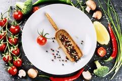 Świezi składniki dla zdrowego kucharstwa Czereśniowi pomidory, szczypiorek, b Zdjęcia Stock
