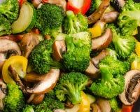 Świezi smażący warzywa brokuły, zucchini, pieprze, pieczarki (,) Obraz Royalty Free