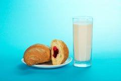 Świezi, smakowici croissants, i mleko obraz royalty free