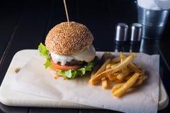 Świezi smakowici hamburgeru, francuza dłoniaki na i, zdjęcia stock