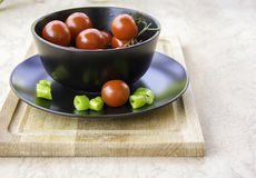 Świezi soczyści czerwoni czereśniowi pomidory i zielony gorący pieprz Fotografia Stock