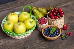 Świezi soczyści jabłka, bonkrety i jagody, obraz stock