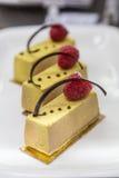 Świezi soków pastrys z czekoladą i malinką w okno Zdjęcia Royalty Free