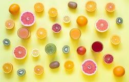 Świezi soki i owoc cięcie w plasterki na żółtym tle Zdjęcia Stock
