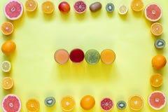Świezi soki i owoc cięcie w plasterki na żółtym tle Obraz Royalty Free