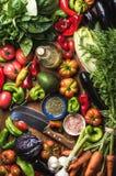 Świezi surowego warzywa składniki dla zdrowego kucharstwa lub sałatkowego robić, odgórny widok Oliwa z oliwek w butelce, pikantno Zdjęcie Stock