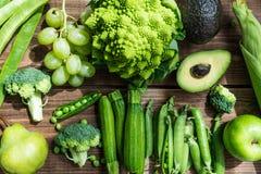 Świezi Surowi jesieni zieleni warzywa i owoc zdjęcia stock