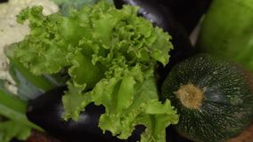 Świezi Surowi Organicznie Asortowani warzywa: Zucchini, Sałatkowi liście, kalafior, oberżyna, Dzwonkowy pieprz zdjęcie wideo