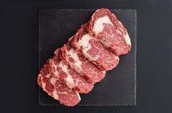Świezi surowi Pierwszorzędni Czarni Angus wołowiny stki na kamienia talerzu zdjęcia royalty free