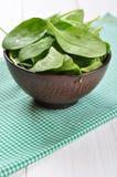 Świezi szpinaków liście w pucharze obraz royalty free