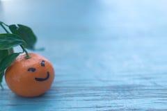 Świezi tangerines w błękitnej drewnianej desce Zdjęcia Royalty Free