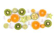 Świezi tropikalni plasterki owoc odizolowywać na białym tle Soczyste pomarańcze, kiwi, carambolas i lód, Fotografia Royalty Free