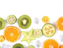 Świezi tropikalni plasterki owoc odizolowywać na białym tle Soczyste pomarańcze, kiwi, carambolas i lód, Obraz Royalty Free