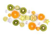 Świezi tropikalni plasterki owoc odizolowywać na białym tle Soczyste pomarańcze, kiwi, carambolas i lód, Zdjęcia Royalty Free