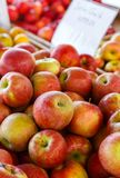 Świezi Ukradzeni jabłka przy Plenerowym rynkiem Obraz Royalty Free