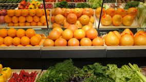 Świezi warzywa i owoc na półce w supermarkecie zbiory wideo